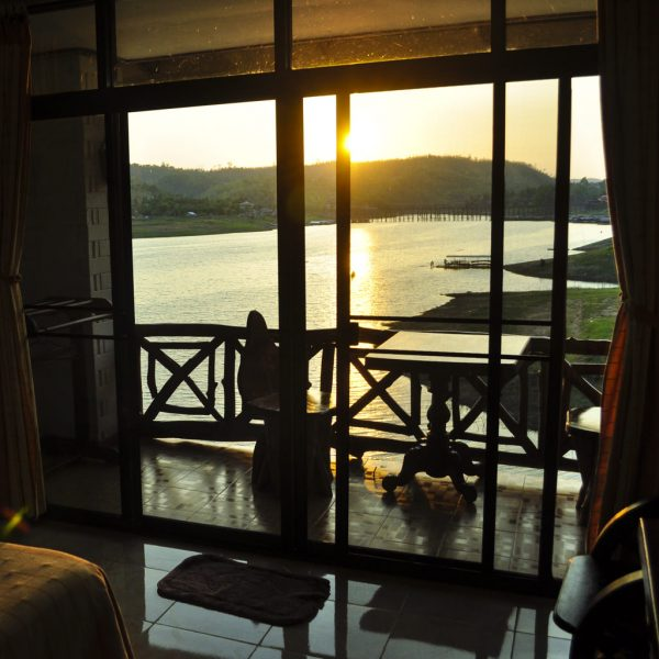 hotel-room-basic-out-on-the-burma-border-lave-view